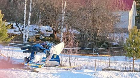 """Lentokone putosi sumusta hevosaitaukseen – pihalla puita tarkastellut Timo ehti juuri ja juuri syöksyä alta turvaan: """"Ajattelin, että jos se törmää taloon"""""""