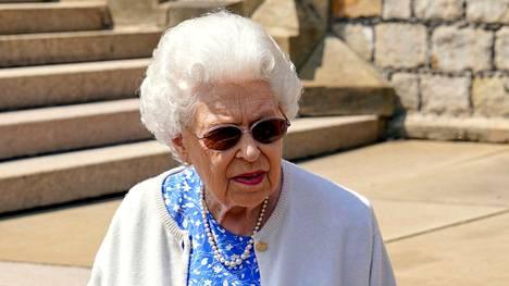 Kuningatar Elisabet sai Windsorin puutarhaan ruusun prinssi Philipin muistolle.
