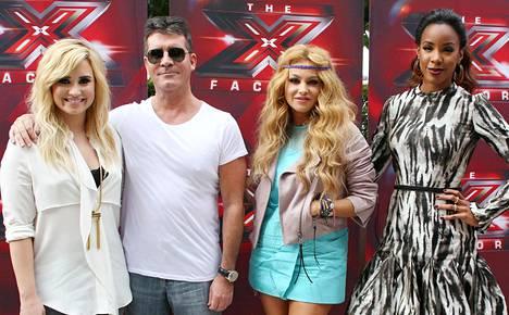 Demi Lovato on tullut tutuksi myös X Factor USA -ohjelman tuomarina. Vierellä Simon Cowell, Paulina Rubio ja Kelly Rowland.
