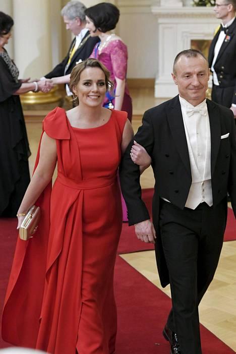 Jere Lehtisen Jaana-puoliso juhlisti itsenäisyyspäivää punaisessa iltapuvussa.