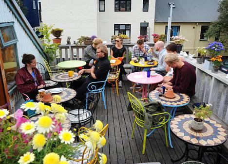 Kahviloita on paljon. Café Babalún terassilla tarkenee istua lämpimänä kesäpäivänä.