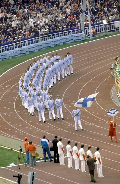 Suomen joukkue Moskovan kisojen avajaisseremoniassa.