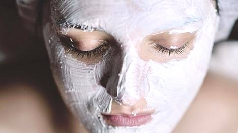 Sekaihoisille kasvoille ei esimerkiksi ole mikään pakko levittää kauttaaltaan samaa kasvonaamiota. Levitä naamiomassaa juuri sinne, missä sitä tarvitaankin.