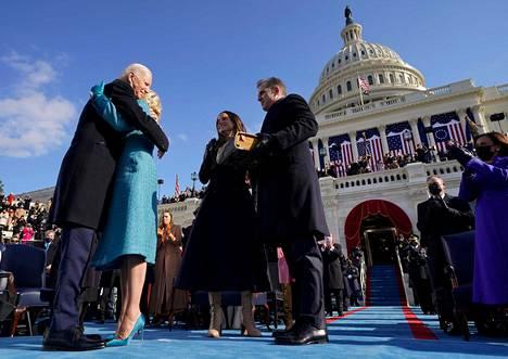 Yleisö puhkesi suosionosoituksiin, kun 78-vuotiaasta Joe Bidenista tuli Yhdysvaltain 46. presidentti.