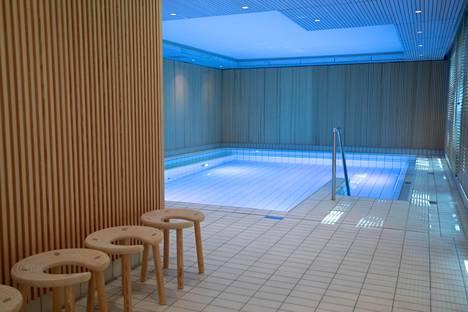 Ensimmäisen kerroksen uima-allas on mitoiltaan noin 15 m x 7 m.