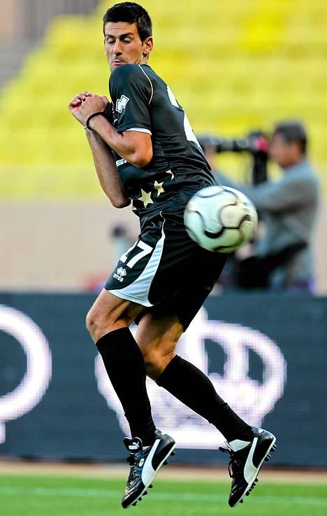 Miesten tennisykkönen Novak Djokovic vaihtoi hetkeksi lajia ja otti osaa hyväntekeväisyysjalkapallo-otteluun Monacossa.