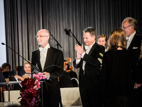 Stuart Parkin (vas.) ja presidentti Sauli Niinistö Millennium-teknologiapalkinnon luovutustilaisuudessa Helsingissä viime toukokuussa.