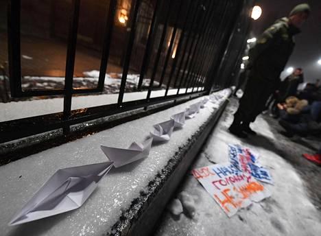 Venäjän Kiovan-suurlähetystön eteen oli tuotu paperiveneitä sunnuntaina.