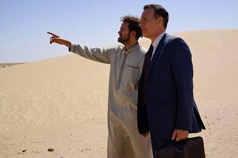 Amerikkalainen liikemies (Tom Hanks, oik.) lähetetään Saudi-Arabiaan myymään uutta teknologiaa.