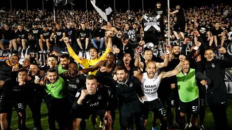 Partizanin kannattajat juhlivat Serbian cupin finaalipaikkaa.