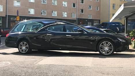 Maserati Ghibli -saattoauto Helsingissä.