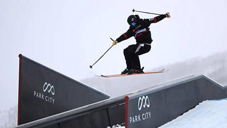Aleksi Patja taituroi slopestylen finaalissa Park Cityssä 6. helmikuuta 2019.