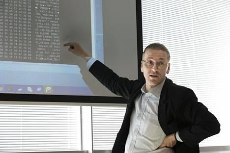 Mikko Hyppönen esittelemässä maaliskuussa 2017 maailman ensimmäisen viruksen koodia, jossa on mm. mainittu tekijöiden osoite ja puhelinnumero.