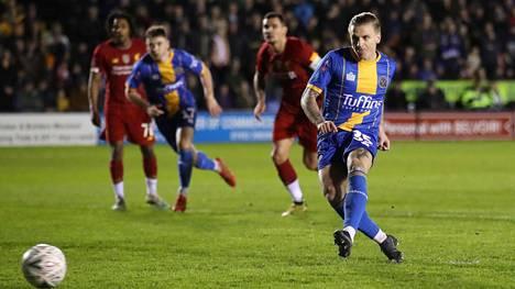 Jason Cummings laukoi Shrewsburyn avausmaalin Liverpoolia vastaan.