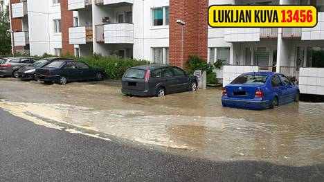 Autot uivat vedessä, kerrostalon rakenteet muuttivat muotoaan, asukkaat evakuoitiin – runkovesilinjan rikkoutuminen aiheutti juhannuskaaosta Jyväskylässä
