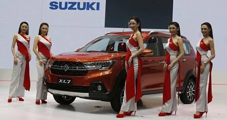 Suzuki XL7:n vieressä poseeranneet mallit suojasivat kasvonsa läpinäkyvillä maskeilla.