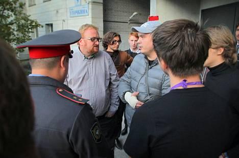 Vitali Milonov (keskustelijoista vasemmanpuoleinen) tunnetaan Venäjän niin sanotun homopropagandalain aloitteentekijänä. Vuona 2013 hän tuli seurueensa kanssa tarkoituksella provosoimaan Pietarissa järjestettyjen homokulttuurifestivaalien osallistujia.