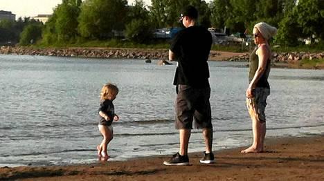 Carey Hart ja Pink sekä heidän tyttärensä Willow Hietaniemen uimarannalla.