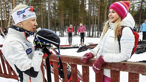 Vuoden 2016 SM-kisoissa Sanna-Leena Perunka (oik.) jutteli Kaisa Mäkäräisen kanssa.