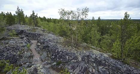 Etulinjan juoksuhaudat on louhittu kallioon. Ne jatkuvat Norjan rajalle saakka karuinta maastoa lukuun ottamatta.