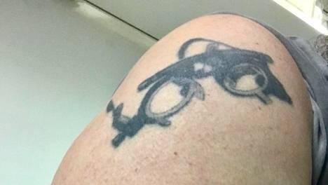 Petri on ammatiltaan optikko, joten hän tatuoi olkaansa koekehyksen. Koekehyksen avulla määritellään asiakkaalle oikeat silmälasivoimakkuudet.