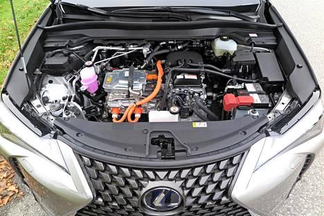 Vaikka sähkötekniikka ei vie polttomoottorin veroisesti tilaa, on konepellin alunen aika täynnä. Frunkia eli etutavaratilaa Lexuksessa ei siis valitettavasti ole.