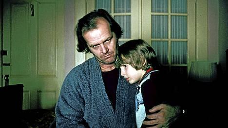 Hohto-elokuvassa Jack Torrance (Jack Nicholson) ei ihan pärjää loistohotellin talonmiehenä. Danny-poikakin (Dan Lloyd) kipuilee ikävästi.