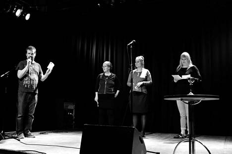 Sari, Risto, Eeva ja Sointu Päiväkirjaklubi-tapahtumassa.