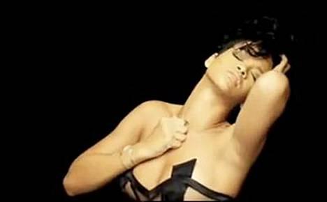 Rihanna keikistelee seksikkäänä Kanye Westin uudella Paranoid-videolla.
