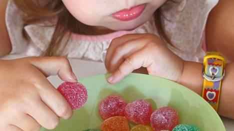 Itsensä lohduttaminen herkuilla ja ruoalla alkaa jo lapsuudessa.