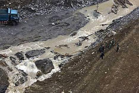 Tangjiashan-järven vesi valuu Mianyangin kaupunkiin maanjäristyksen jälkeen.