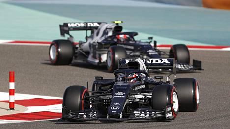 Kuvituskuvassa Yuki Tsunoda ja Pierre Gasly Bahrainin F1-radalla.