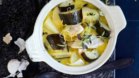 Kausiruokaa parhaimmillaan! Herkullisessa kanapadassa on potut ja kesäkurpitsat valmiina.