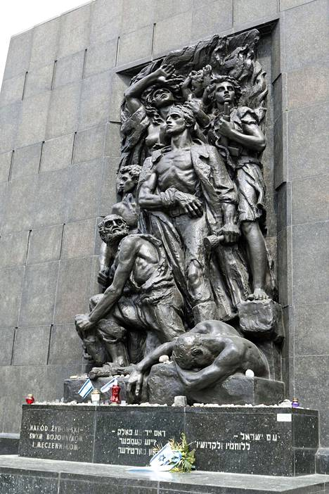 Polin museon muistomerkki.