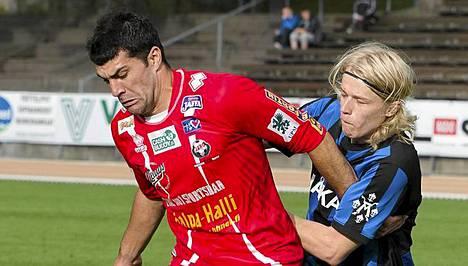 Jaron Frank Jonke (vas.) kamppailee Inter-puolustaja Joni Ahon kanssa.