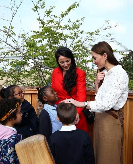 Ihmisläheinen herttuatar Catherine käväisi tapahtumapaikalla maanantaina ja esitteli mielenkiintoista puutarhaansa koululaisille.