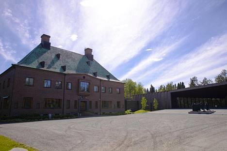 Taidemuseo Gösta on toiminut vuodesta 1945 lähtien Gösta Serlachiuksen edustuskodikseen rakennuttamassa Joenniemen kartanossa. Siellä esitellään säätiön omia klassikkokokoelmia. Oikealla vuonna 2014 valmistunut puinen laajennusosa, paviljonki.