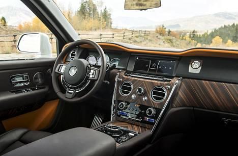 Muita malleja pienemmän, lämmitettävän ohjauspyörän takana on hyvä olla, sillä kaikki toimii Rolls-Roycen filosofian mukaan vaivattomasti. Ohjaamon ilmapiirin voi suunnitella hyvin pitkälti mielensä mukaiseksi.