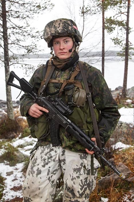 Alikersantti Iida-Maria Väinölä odotteli muiden suomalaisten mukana.