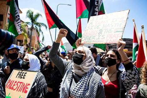 Mielenosoittajat vaativat vapaata Palestiinaa Israelin lähetystön edessä Los Angelesissa.
