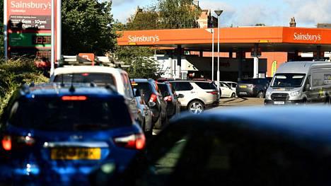 Kuljettajat jonottivat huoltoasemalle kaakkois-Englannissa perjantaina. Työvoimapula on häirinnyt polttoaineiden jakeluketjuja.