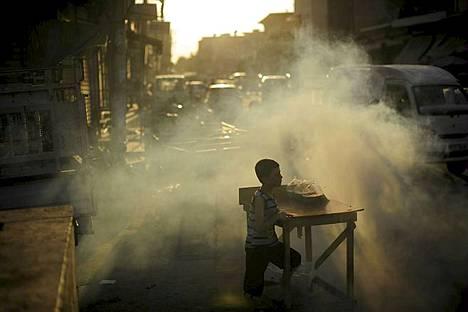Syyrialaispoika odottaa asiakkaita Azazin kaupungissa kadun varteen pystytetyllä myyntikojulla juuri muslimien paaston päätyttyä. Paastokuukauden ramadanin aikana syöminen, juominen, seksuaalinen kanssakäyminen ja tupakointi on kielletty päiväsaikaan. Vaikka paasto illalla päättyy, taistelut Syyriassa jatkuivat Aleppossa, jossa armeija moukaroi Salah al-Dinin kaupunginosaa ja Aleppon läntisiä ja itäisiä osia. Kapinalliset ovat yrittäneet kaataa presidentti Bashar al-Assadin hallintoa jo 17 kuukautta kestäneessä kansannousussa. Istanbulissa vierailevan Yhdysvaltain ulkoministerin Hillary Clintonin mukaan Yhdysvallat ja Turkki harkitsevat Syyriaan lentokieltoaluetta tukeakseen kapinallisia.
