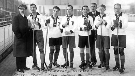 Tshekkoslovakia oli paras eurooppalainen maa jääkiekon ensimmäisissä MM-kisoissa. Joukkue sai pronssia ylivoimaisten Kanadan ja Yhdysvaltain jälkeen.