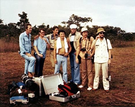 Kongressiedustaja Leo Ryanin delegaation jäseniä. Kameramies Bob Brown (äärimmäisenä vasemmalla), valokuvaaja Greg Robinson (kolmas vasemmalta) ja toimittaja Don Harris (toinen oikealta) kuolivat ammuskelussa.