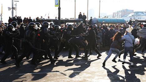 Poliisi ja mielenosoittajat ottivat yhteen Vladivostokissa.
