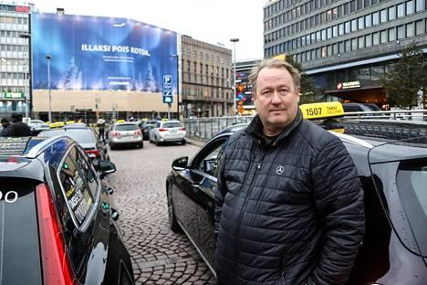 Asiakkaita asema-aukiolla odottanut Timo Salonen on todistanut taksikuskien kesken käytyjä pystypaineja ja nyrkkitappeluja.