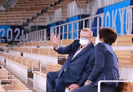Kansainvälisen olympiakomitean varapresidentti John Coates (vasemmalla) keskustelee kisojen järjestelytoimikunnan puheenjohtajan Seiko Hashimoton kanssa Tokiossa.