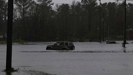Useita autoja on joutunut tulvavesien saartamiksi Wilmingtonissa.