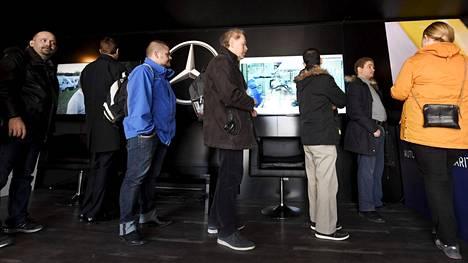 Lukuisat ihmiset hakivat työpaikkaa Valmet Automotiven rekrytointikiertueella Turussa.