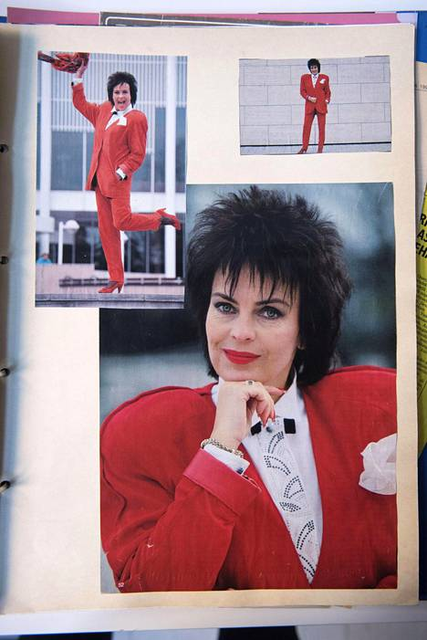 Vaatesuunnittelija Mirkka Metsolan äidin, Tuula Niemen leikekirjasta otettu kuva jossa Paula Koivuniemi poseeraa Niemen suunnittelemassa nahka-asussa.